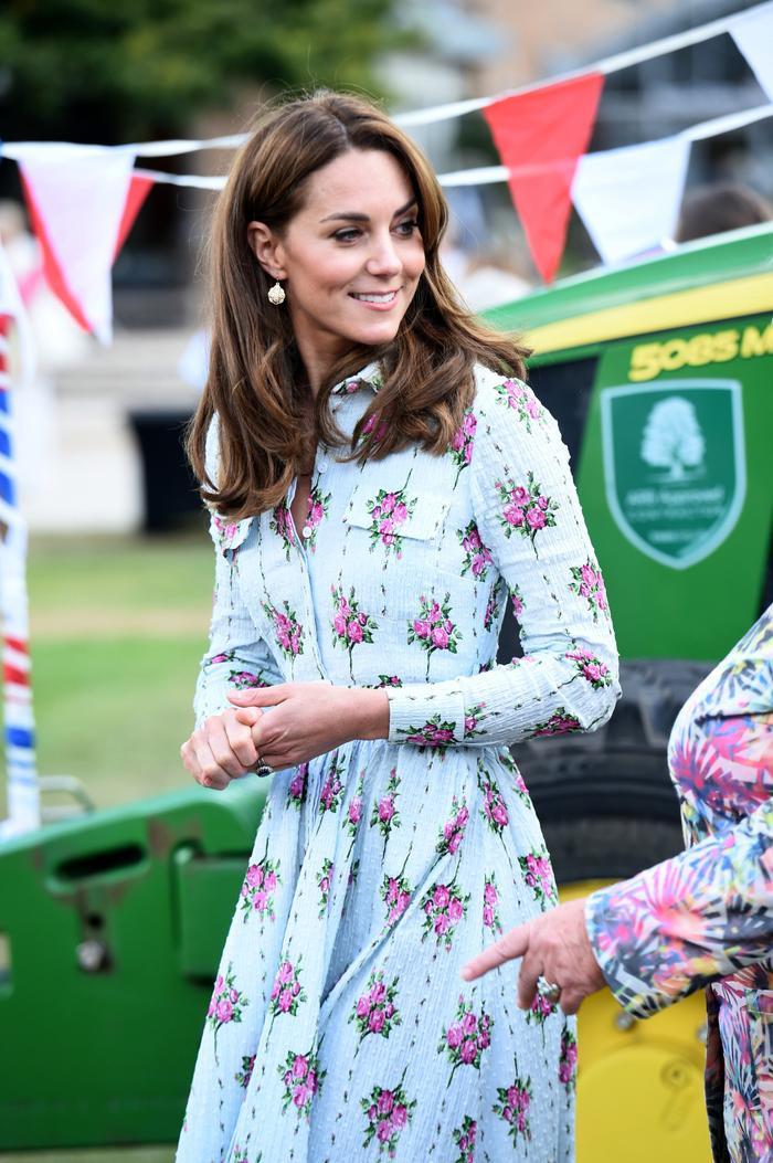 Tại sao Meghan Markle và Kate Middleton luôn mặc váy ngàn đô với khuyên tai rẻ tiền? ảnh 0