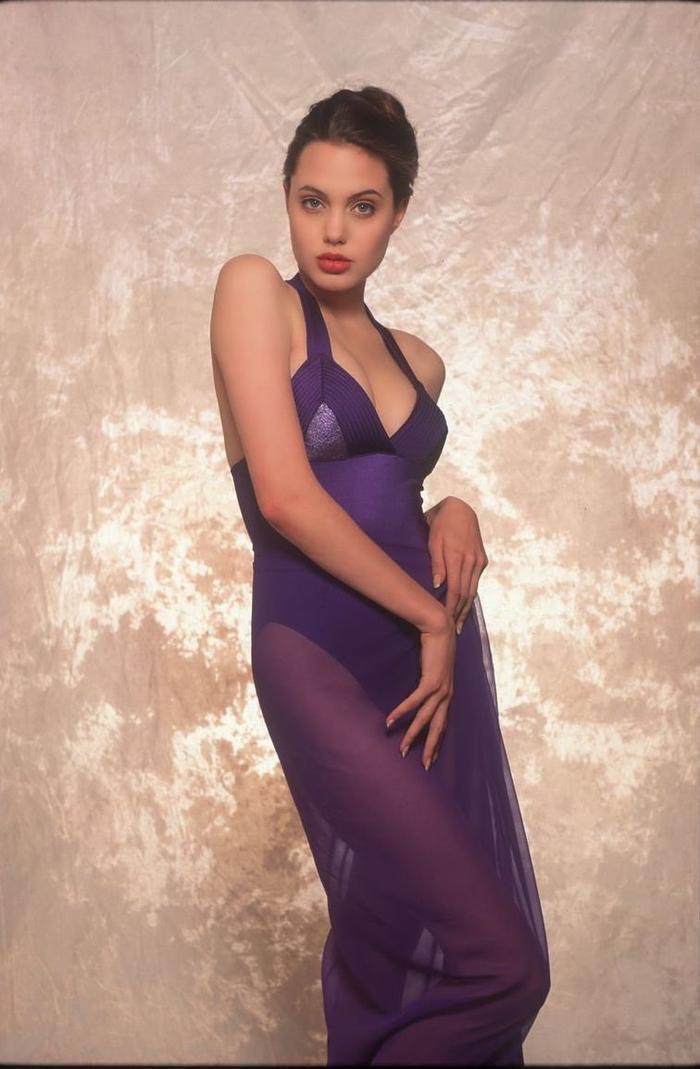 Nhiều bình luận cho rằng, Angelina Jolie chính là một nữ thần và xứng danh nữ hoàng nhan sắc Hollywood.