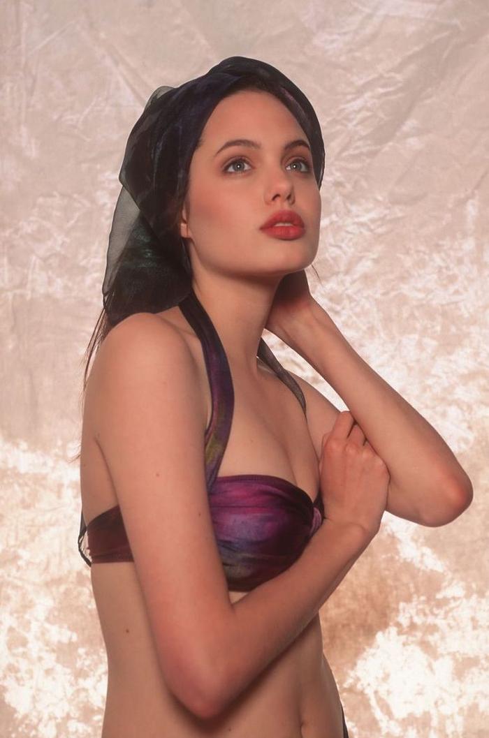Từ thuở thiếu niên Angelina Jolie đã sở hữu khuôn mặt đẹp sắc nét với đôi mắt sâu sáng ngời và bờ môi dày gợi cảm