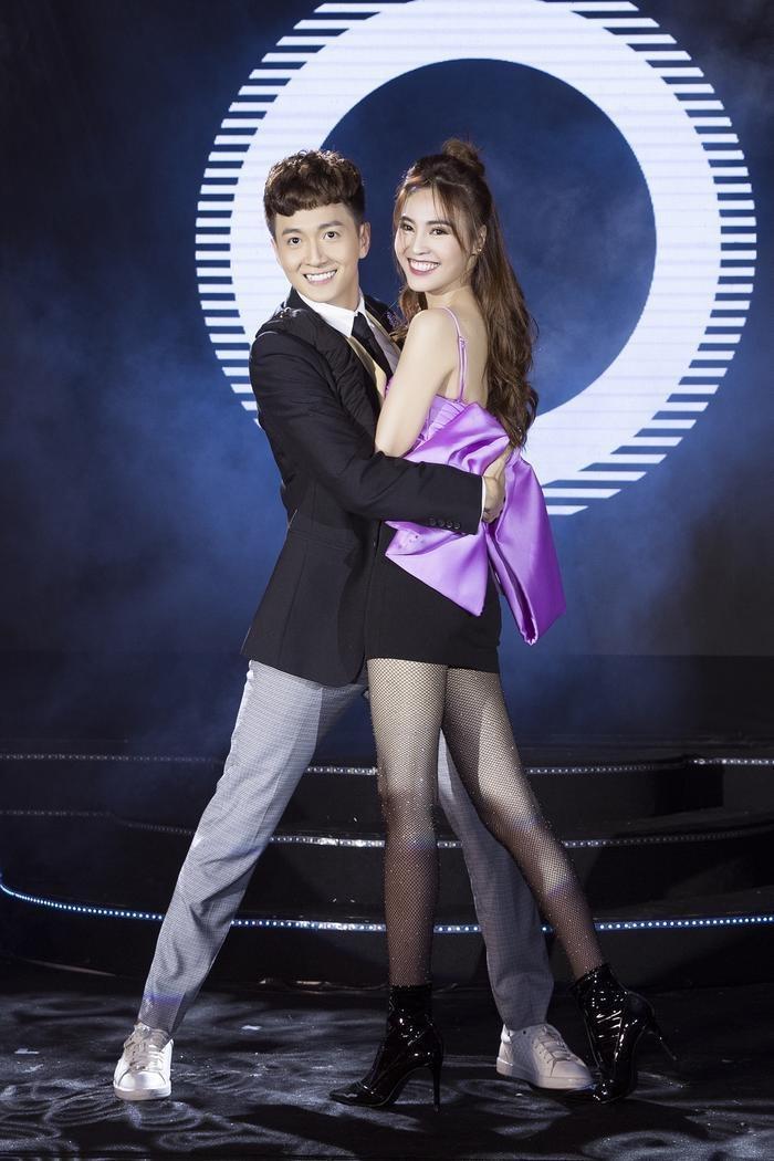 Ninh Dương Lan Ngọc và Ngô Kiến Huy trên sân khấu song ca Nghi ngờ.