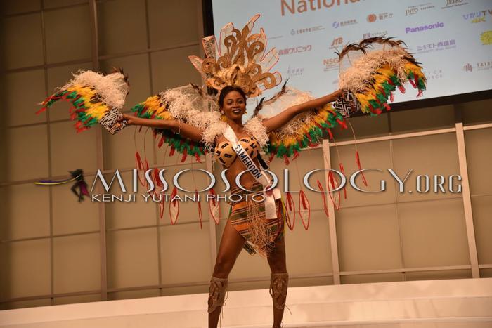 Người đẹp Cameroon tái hiện lại điệu nhảy thổ dân châu Phi trong bộ trang dân tộc lấy cảm hứng từ thần chim đại bàng.