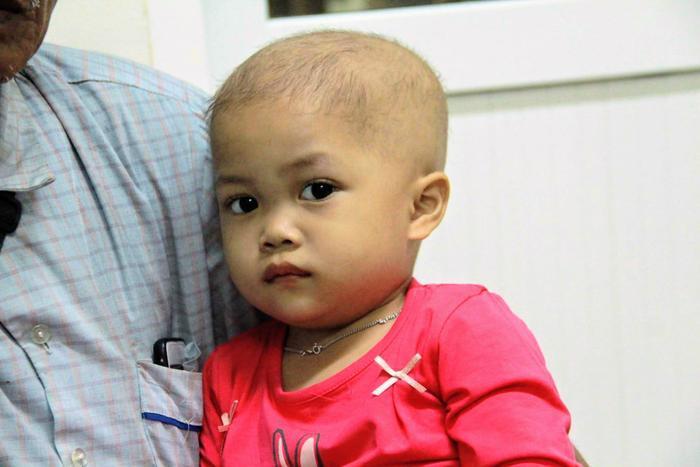 Mới gần 3 tuổi nhưng bé Thảo phải chịu cảnh mất mẹ, cha thì trầm cảm và chính em thì bị ung thư tuỷ sống.