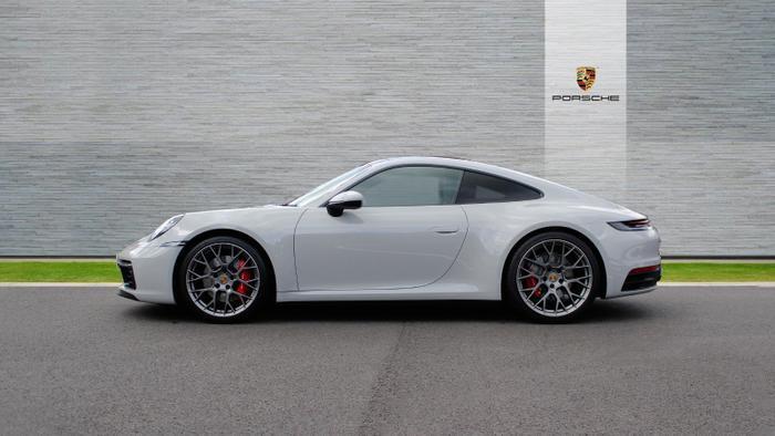"""Porsche 911 Carrera S thế hệ mới mà bà xã củaCường """"Đô-la"""" mới tậu cũng được nâng cấp động cơ 6 xi-lanh, dung tích3.0 lít, tăng áp kép, sản sinh công suất tối đa 385 mã lực, tăng 15 mã lực so với thế hệ cũ.(Ảnh:Porsche)"""
