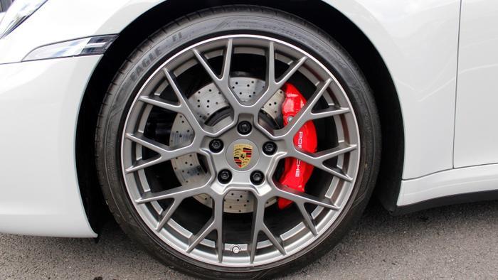 Bên cạnh đó, Porsche 911 Carrera S còn được trang bị bộ la-zăng đa chấu képcó kích thước cho bánh trước là 20 inch và bánh sau 21 inch, giúp tăng lực bám của xe.(Ảnh:Porsche)