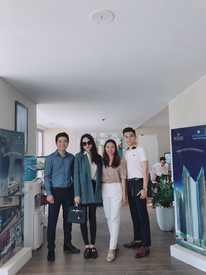Hoa hậu Hương Giang chụp ảnh cùng đơn vị phân phối khi đến thăm dự án