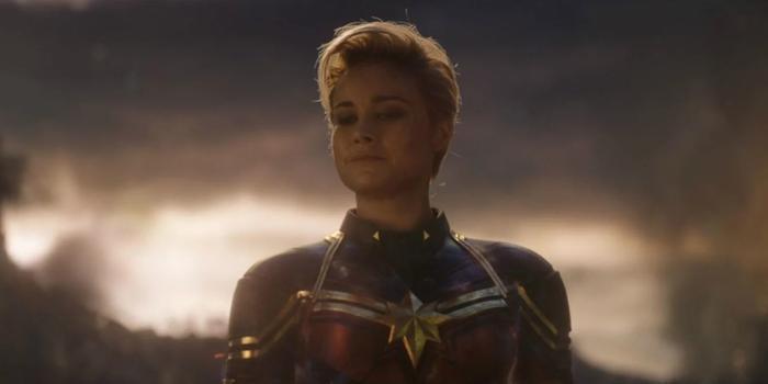 Captain Marvel có màn xung kích hoành tráng, phá vỡ tàu địch.