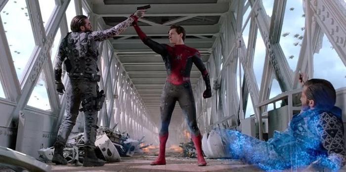 Spider-Man đã tài trí hơn Mysterio trong giây phút cuối quyết định.