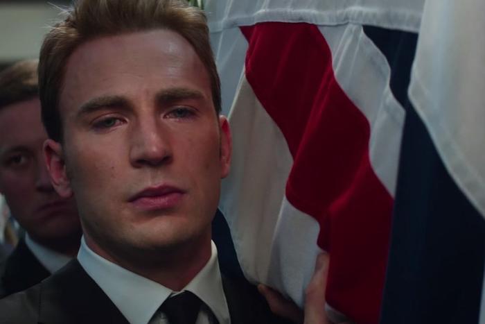 Steve đích thân khiêng quan tài của Peggy.