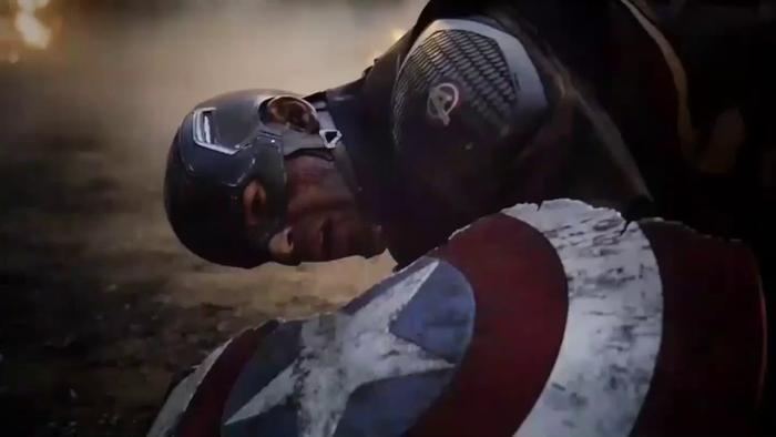 """Chiếc khiên """"yêu dấu"""" của Cap bị Thanos chém làm đôi."""