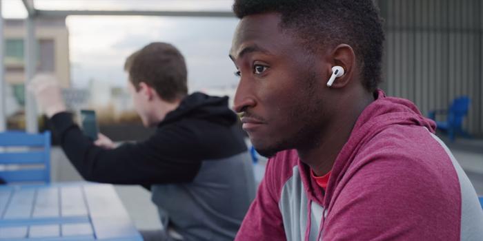 """Mẫu AirPods mới còn có thêm chế độ """"Transparency"""" cho phép người dùng có thể nghe được âm thanh bên ngoài trong khi đang nghe nhạc hay gọi điện."""