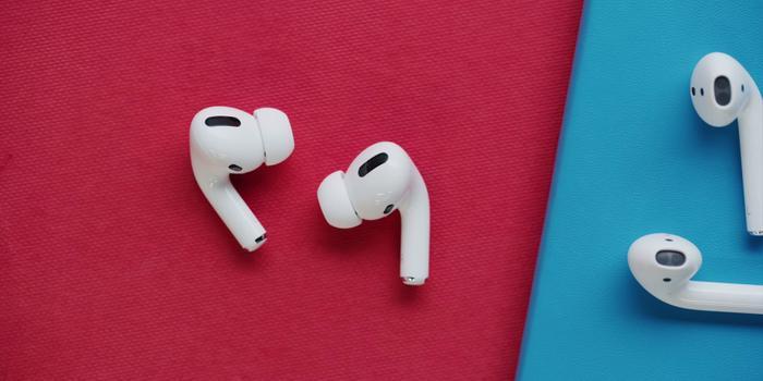 Bên cạnh đó, đầu tai nghe dạng cũng được tích hợp thêm miếng đệm silicon giúp đem lại chất lượng âm thanh tốt hơn, đồng thời tích hợp tính năng chống ồn chủ động.