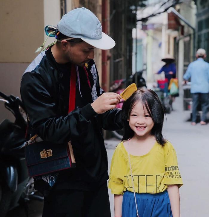 Cô bé vô gia cư trên vỉa hè Hà Nội từng gây sốt vì tự phối đồ cực chất bất ngờ hoá thiên thần, tự tin trình diễn thời trang bên bờ hồ Hoàn Kiếm ảnh 5