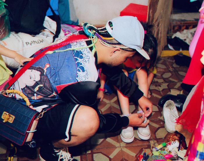 Cô bé vô gia cư trên vỉa hè Hà Nội từng gây sốt vì tự phối đồ cực chất bất ngờ hoá thiên thần, tự tin trình diễn thời trang bên bờ hồ Hoàn Kiếm ảnh 4