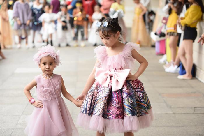 Cô bé hoàn toàn tự tin trình diễn cùng các bạn của mình. Trong ảnh, sải bước cùng Hoàng Anhcó bé Hà My (4 tuổi) đang phải chống chọi với căn bệnh máu trắng…