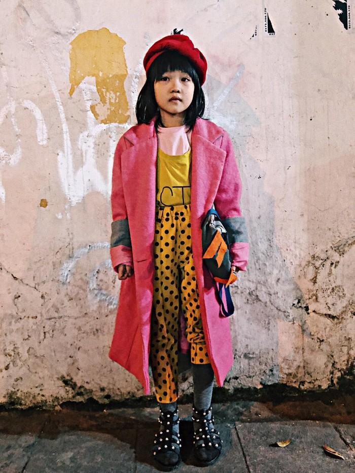Bộ trang phục bé Hoàng Anh lượm lặt được phối hợp rất bắt mắt gây xôn xao cách đây hơn nửa năm.