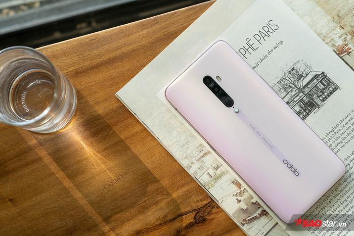 Nhìn lên hình vậy thôi chứ cảm giác cầm Reno2 rất khác, đầm và chắc tay khi so với smartphone có mặt lưng bằng kính khác