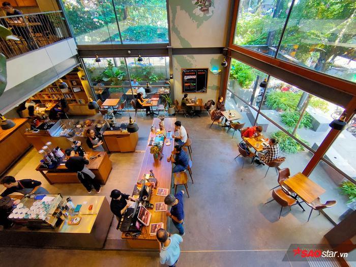 Tiếp tục dùng camera góc siêu rộng để tái hiện không gian quán cafe to lớn