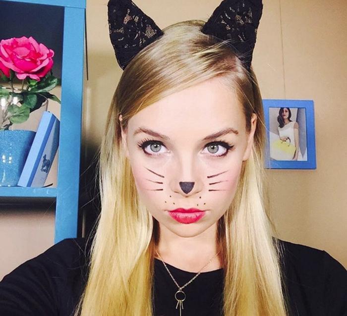 Kiểu trang điểm hóa miêu nữ bạn chỉ cần đầu tư trang điểm mắt mèo của mình một chút sau đó vẽ thêm mũi và ria mép của mèo là coi như đã hóa thân xong