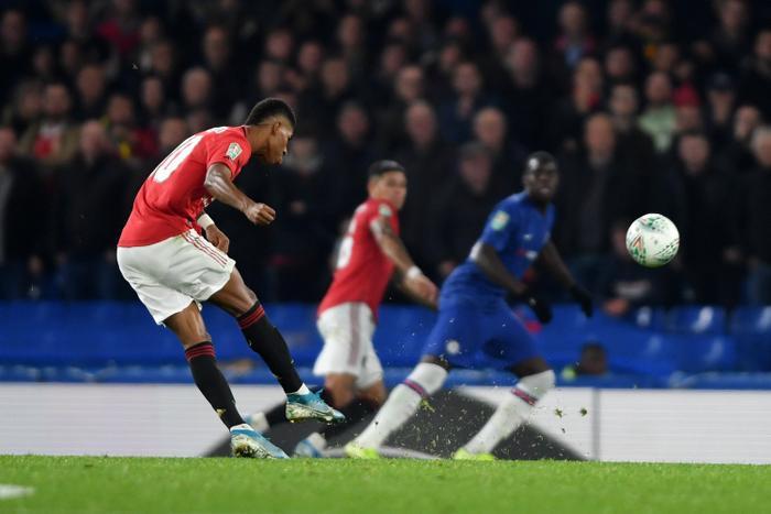 Rashford lập siêu phẩm sút phạt vào lưới Chelsea.