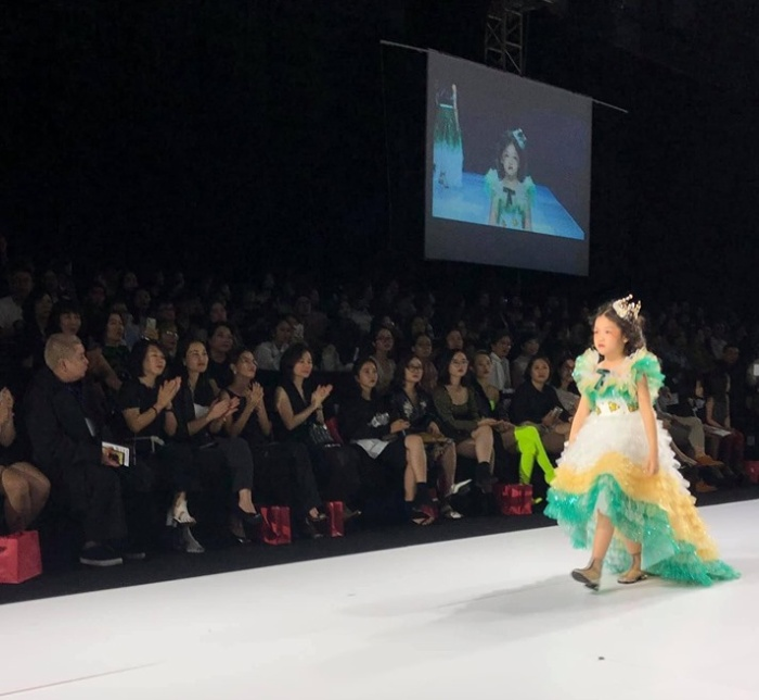 Màn catwalk gây chú ý của bé Hoàng Anh trong đêm diễn thứ 2 của AVIFW 2019. Ảnh Huu Anh Zoner