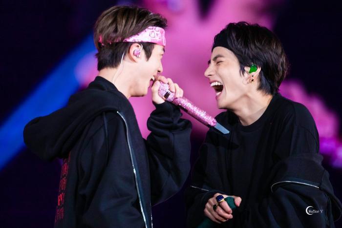 Màn tương tác của V (BTS) và Jin trên sân khấu final concert khiến fan hoa cả mắt.