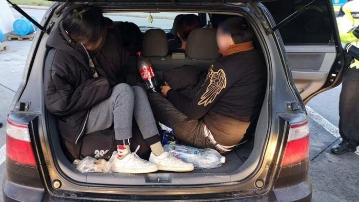 Chiếc xe đầu tiên có 2 người Việt trốn sau cốp.