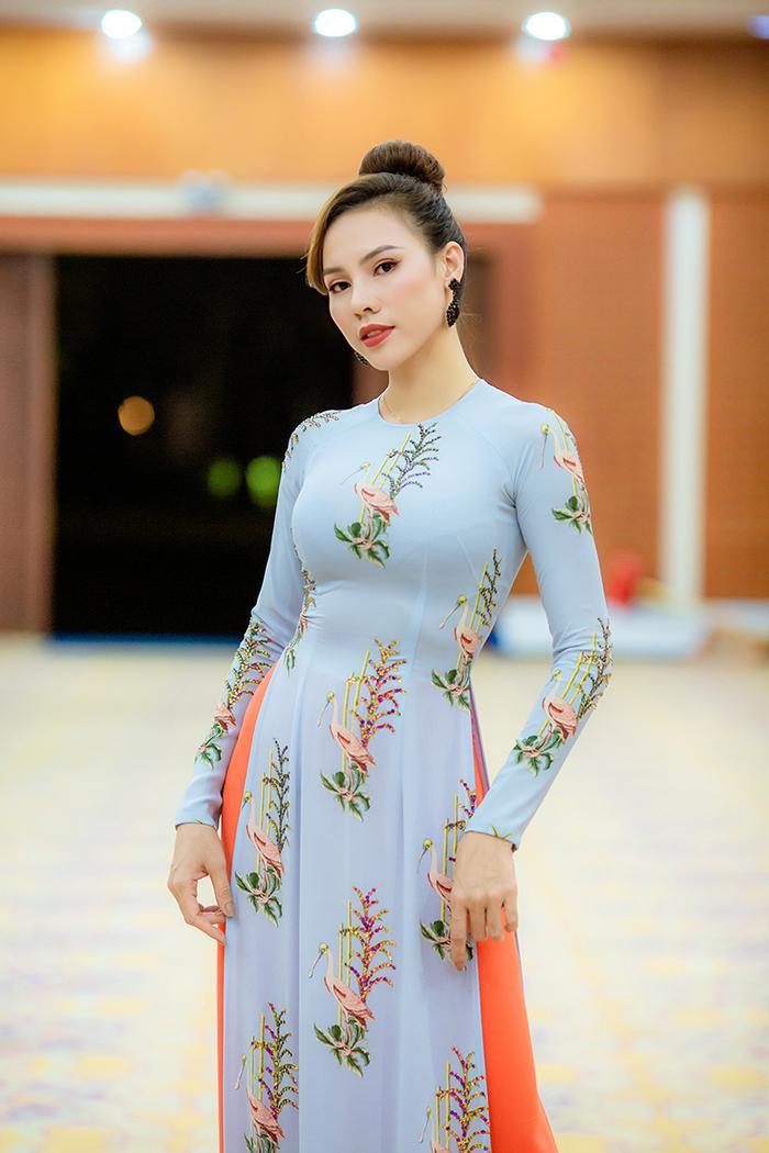 Miss Grand International Việt Nam 2015 Nguyễn Lệ Quyên thể hiện 2 thiết kế