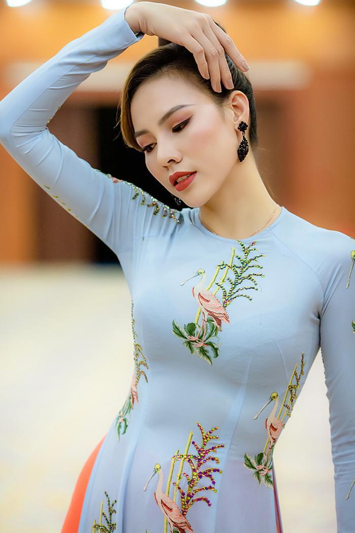 Áo dài lụa họa tiết bông lúa đính đá tỉ mỉ và con cò tần tảo trong ca dao Việt