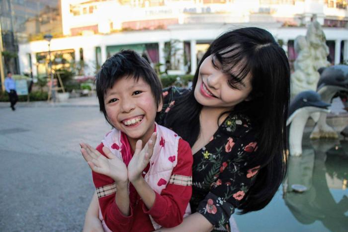 Hình ảnh Linh cùng bé Phương hiện tại.