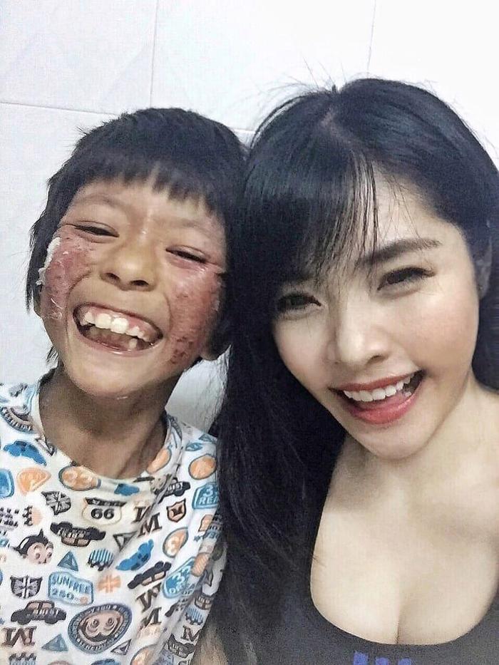 Bé Phương rất thích ở bên cạnh Linh.