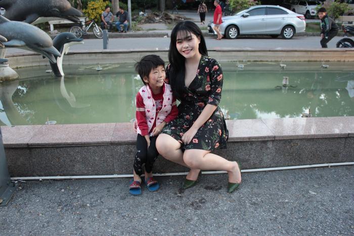 Khi quyết định nhận nuôi bé Phương, Linh đã bị gia đình phản đối, hàng xóm dị nghị.