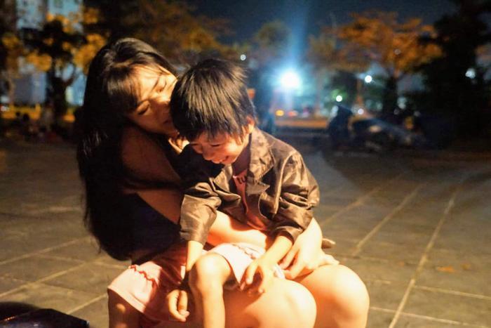 Linh luôn dành thời gian rảnh rỗi để quan tâm và chăm sóc cho cô bé tội nghiệp.