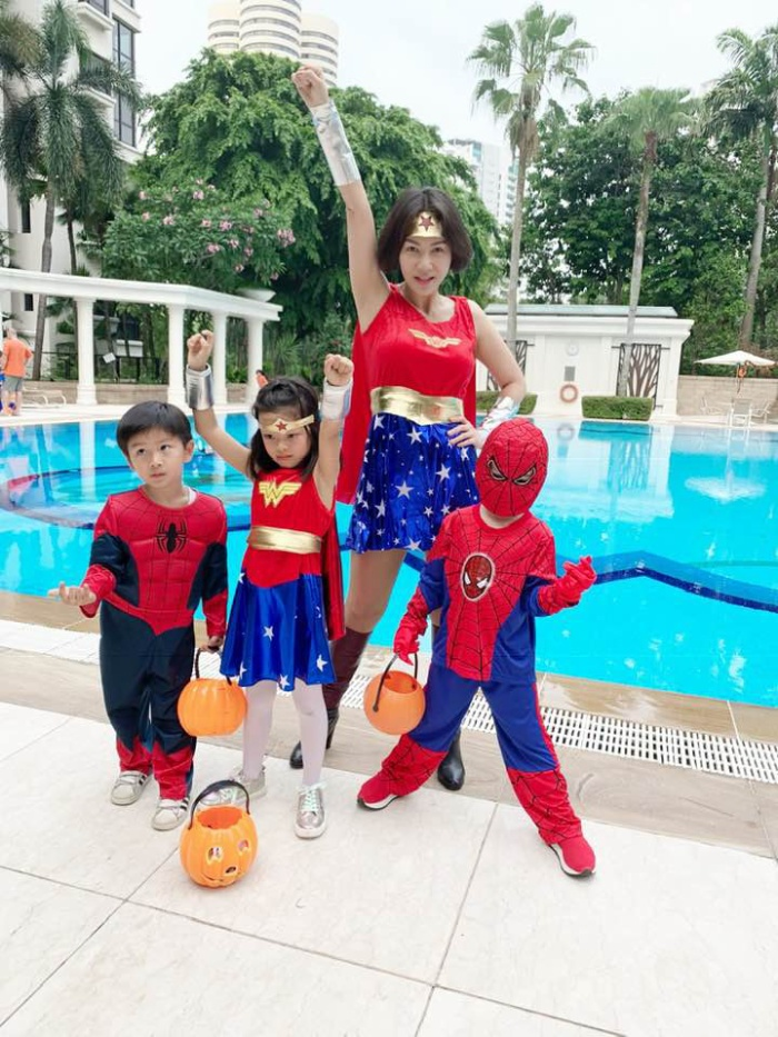 Thu Minh trẻ trung cùng biệt đội Avengers nhí.