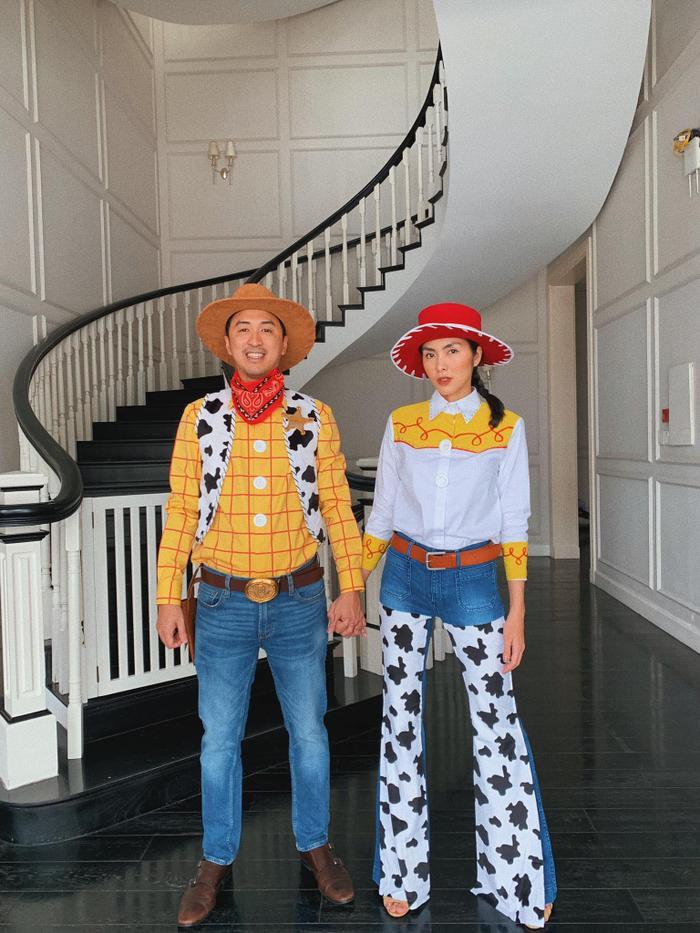 Gia đình Tăng Thanh Hà – Louis Nguyễn rất hưởng ứng dịp lễ này, họ quyết định chọn hai nhân vật của bộ phim nổi tiếng Toy Story.