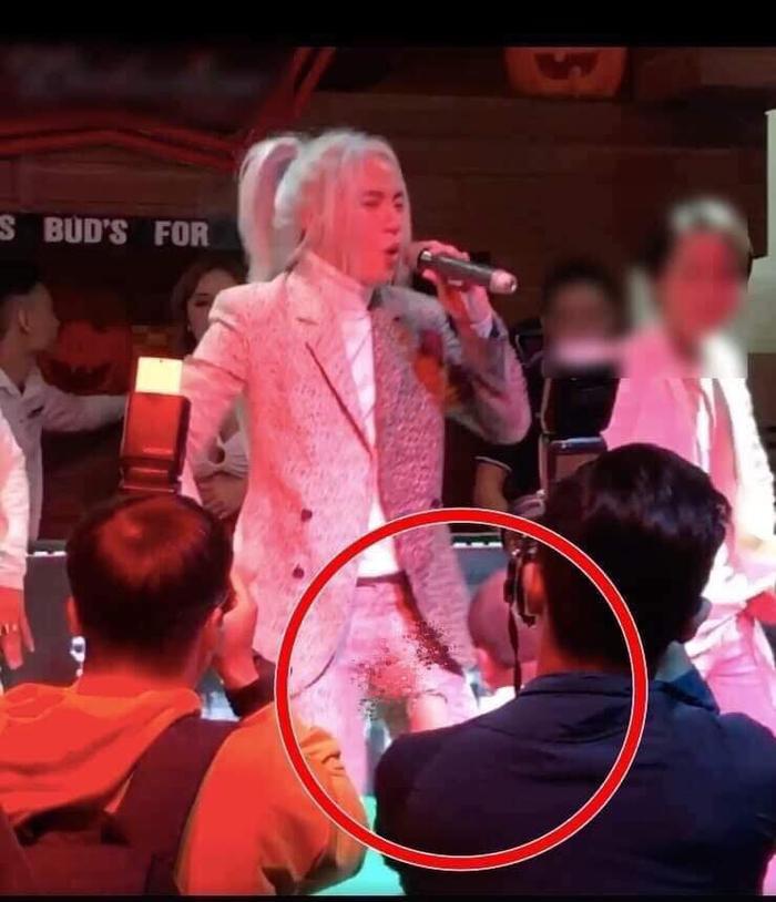 """Hình ảnh ghi lại S.T Sơn Thạch bị ngang nhiên """"quấy rối"""" giữa phần trình diễn của mình."""