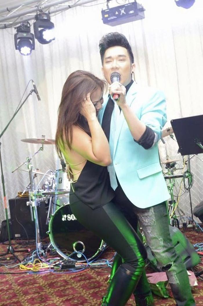 Quang Hà mất tập trung khi khi bị fan nữ quấy rầy trong lúc biểu diễn, không chỉ áp sát người vào nam ca sĩ, cô gái này còn thể hiện những động tác vô cùng nóng bỏng.