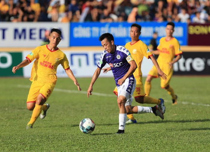 Lùi thời gian công bố Quả bóng vàng Việt Nam 2019 sẽ khiến Văn Quyết gặp bất lợi.