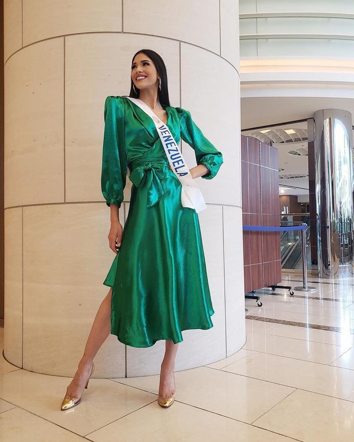 Là người kế thừa của Hoa hậu Quốc tế hiện tại, chắc chắn sẽ có rất nhiều áp lực buộc cô phải thể hiện xuất sắc và duyên dáng không kém đàn chị tại cuộc thi.