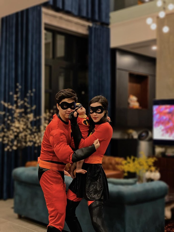 Á hậu Tú Anh cùng chồng và con trai hóa trang thành 'gia đình siêu nhân' hưởng ứng Halloween