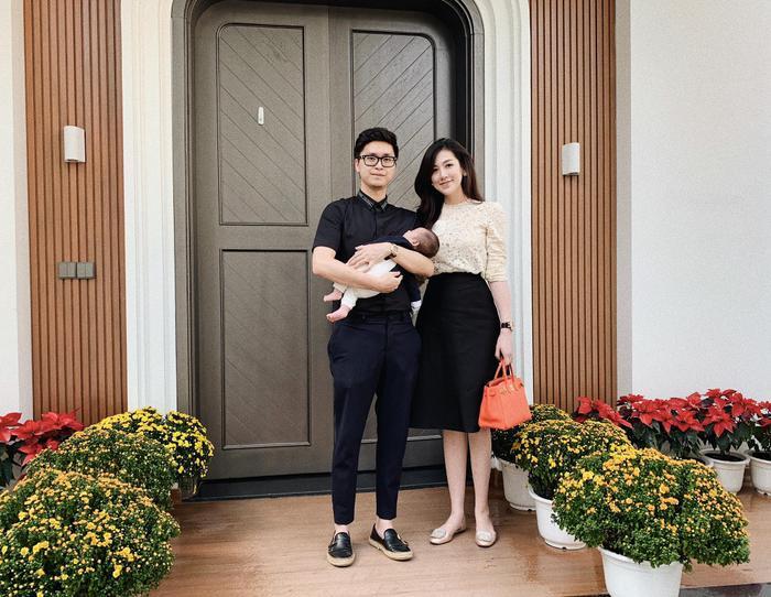 Lần gần nhất Tú Anh khoe ảnh đủ cả 3 thành viên trong gia đình là vào mùng 1 Tết, lúc này con trai cưng của cô mới chỉ được 2 tháng tuổi