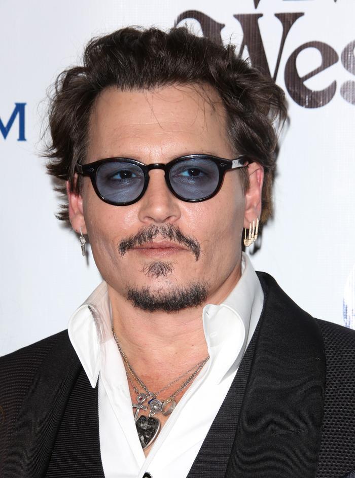 10. Johnny Depp - 233 triệu USD: Mặc kệ những lùm xùm liên quan đến đời tư và bị chê là ngôi sao hết thời, nhiều nhà sản xuất vẫn sẵn sàng bỏ ra khoản cát-xê lớn để mời Johnny Depp đóng phim.