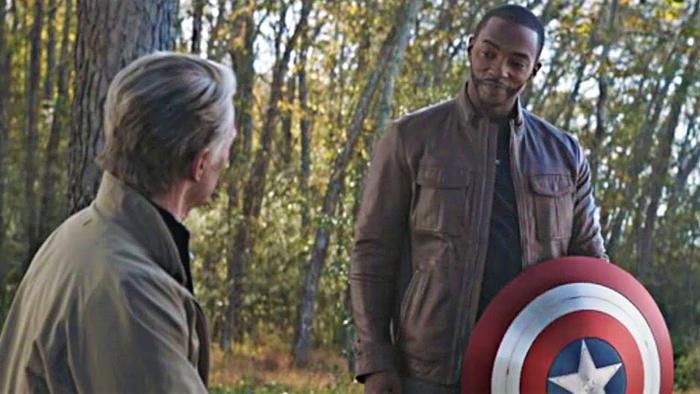 """Sau trận chiến """"Endgame"""", Cap đã trao lại chiếc khiên cho Sam Wilson"""