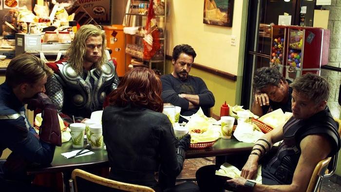 Nhóm Avenger đi ăn sau trận chiến, nhưng Cap lại chỉ ngồi đó không nói không ăn gì.