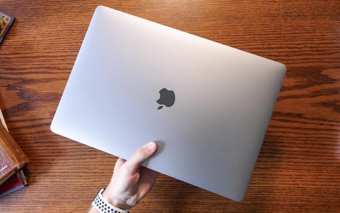 Cục Hàng không Việt Nam đã cho phép hành khách sử dụng MacBook 15 inch được mang thiết bị lên máy bay nếu máy của họ đã thay pin hoặc tắt nguồn.