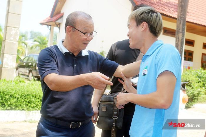 Văn Toàn tự tin nói chuyện bằng tiếng Anh với HLV Park Hang Seo.