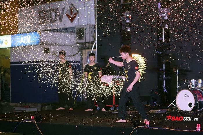 """Các chàng trai của CLB Côn nhị khúc mang đến phần trình diễn võ thuật đầy hoành tráng, hấp dẫn, """"đốt cháy"""" sân khấu đêm nhạc"""