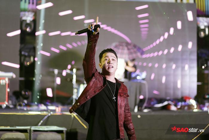 Nam ca sĩ Yanbi quay lại với sân khấu Hà Nội, mang đến những ca khúc quen thuộc Thu cuối, My Lady.