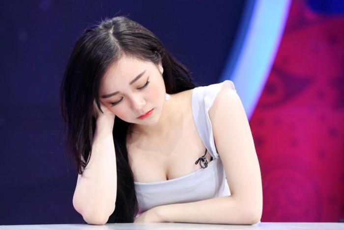 """Thương hiệu """"gái xinh ngủ gật"""" gắn liền với Thủy Tiên cho đến nay"""