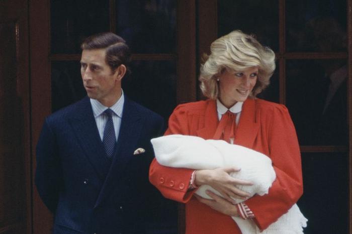 Công nương Diana cùng Thái tử Charles rời Bệnh viện St Mary ở London sau khi hạ sinh Hoàng tử Harry.