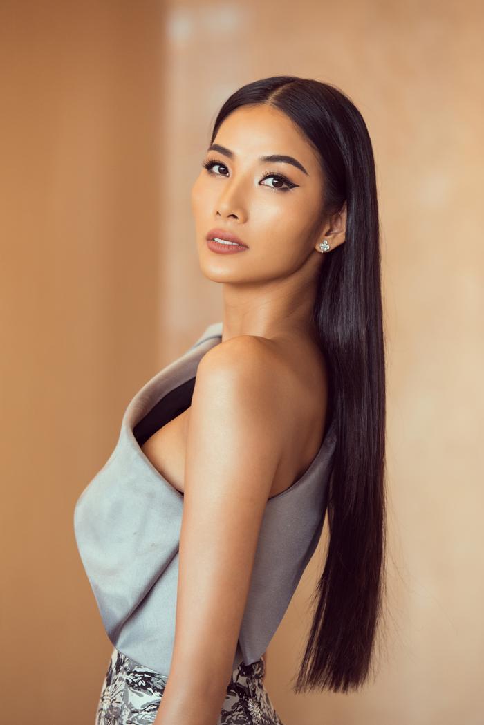 Trừ tóc xoăn, Hoàng Thùy đẹp chuẩn Miss Universe với tóc duỗi thẳng thần thái  tóc búi kiêu kỳ ảnh 4